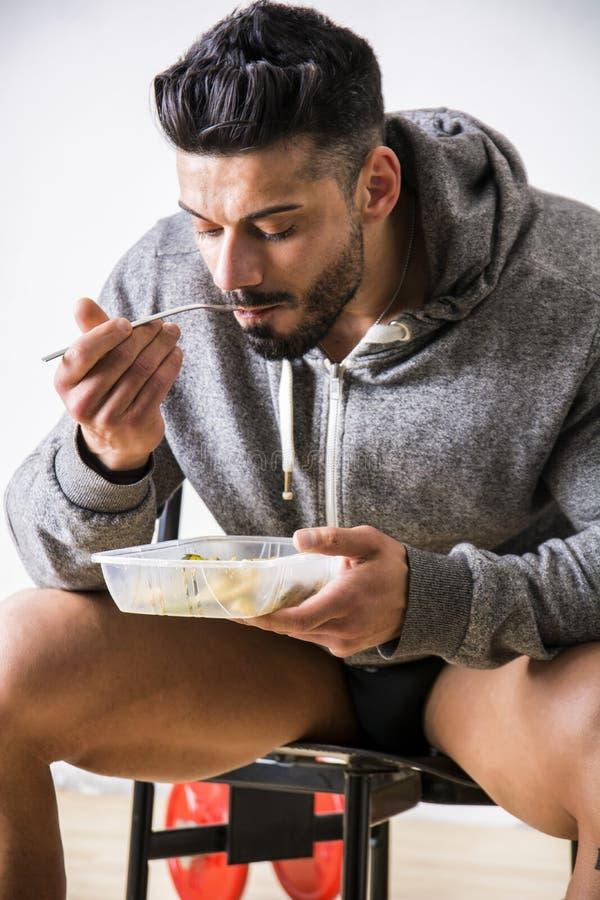 Het hongerige spiermens gulping onderaan voedsel royalty-vrije stock foto's