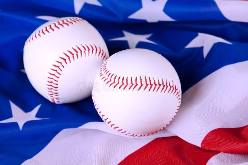 Het honkbal rust op Amerikaanse Vlag uit royalty-vrije stock foto's