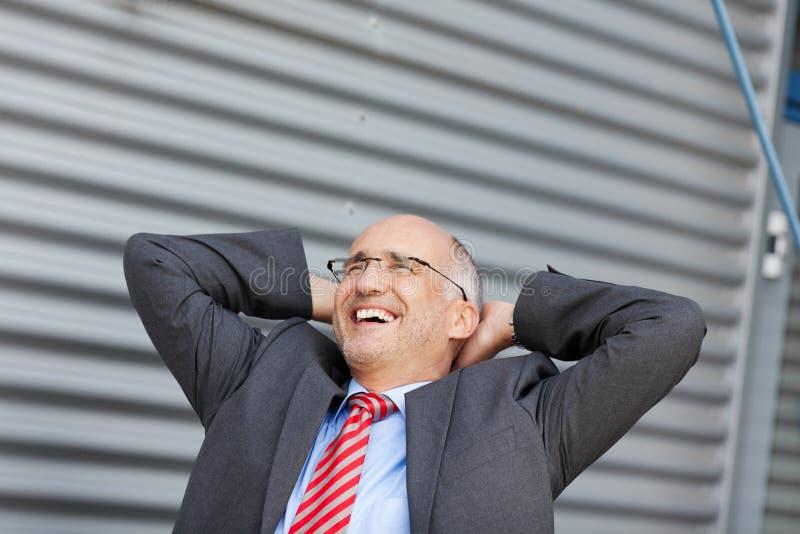 Het Hoofd die van zakenmanwith hands behind weg tegen Blind kijken stock afbeeldingen