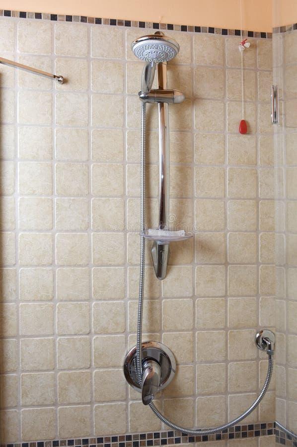 Het hoofd en de tapkraan van de douche stock foto's