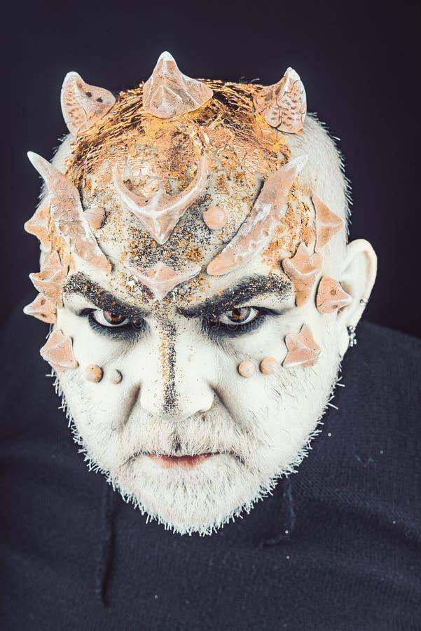 Het hoofd met doornen of wratten, gezicht wordt behandeld die met schittert omhoog, sluit Vreemdeling, demon, tovenaarsmake-up Fa royalty-vrije stock afbeelding