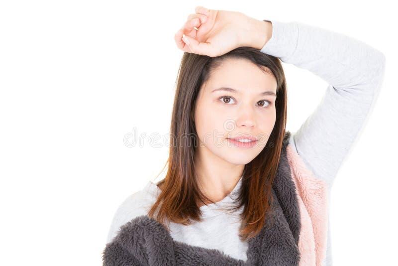 Het hoofd schoot portret van jong wijfje met mooi gezicht, millennial vrouw die camera op witte achtergrond bekijken, vrij glimla royalty-vrije stock fotografie