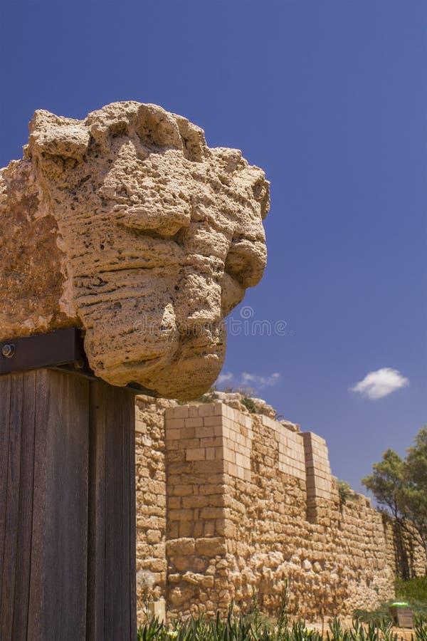Het hoofd van de leeuw - Oud ruïnesfragment in Caesarea Nationaal Park stock foto