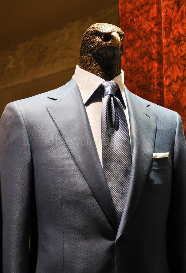 Het hoofd van de messingsadelaar in grijs blauw mensenkostuum royalty-vrije stock foto's