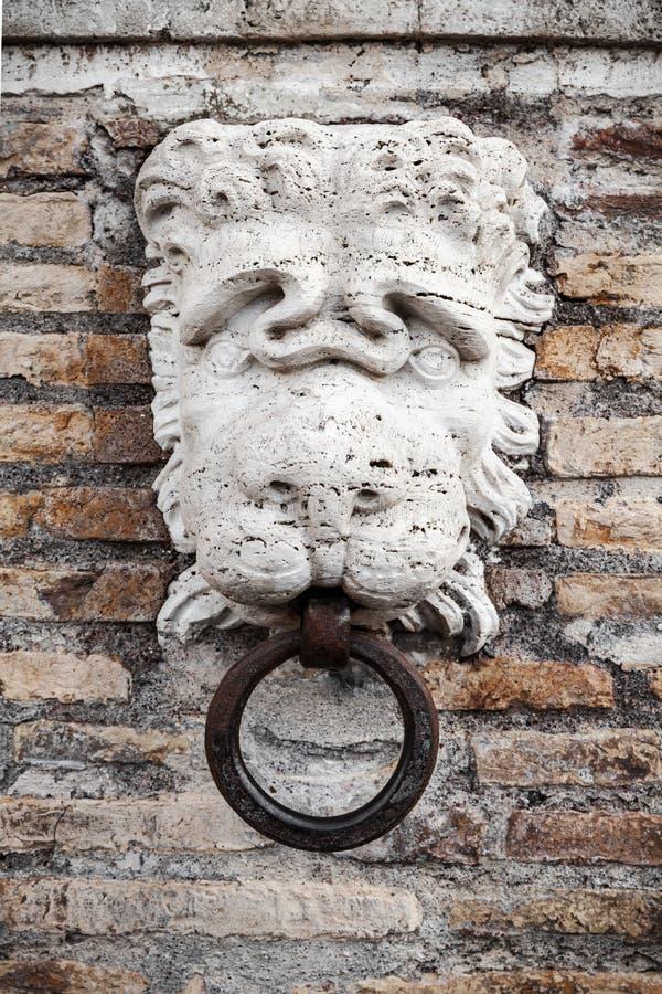 Het hoofd van de steenleeuw met ring, Rome stock afbeeldingen
