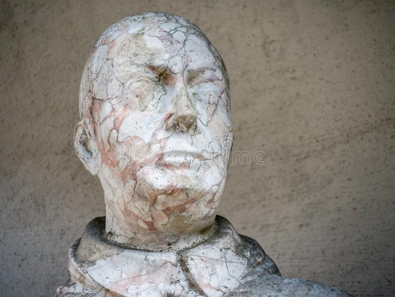 Het hoofd van een oud standbeeld stock afbeelding