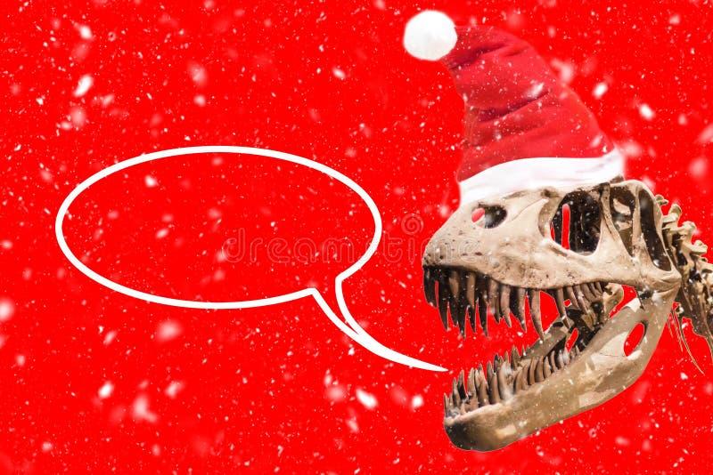 Het hoofd van tyrannosaurusrex met van de Kerstmishoed en sneeuw vlokken lege gedachte impuls op rode achtergrond stock illustratie