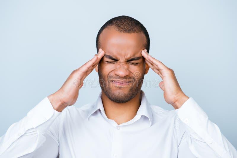 Het hoofd vernietigt, sterke migraine Worstelende knappe jonge afr stock fotografie