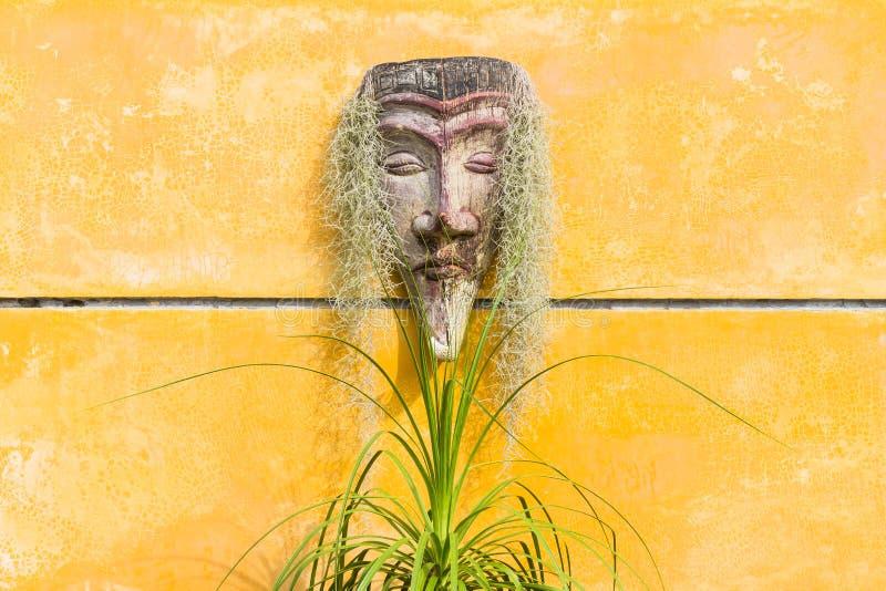 Het hoofdbeeldhouwwerk van rode Indiër op gele muur royalty-vrije stock foto