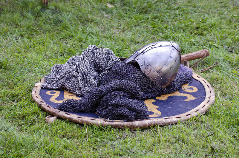 Het hoofddeksel van het ridderpantser op schild royalty-vrije stock afbeeldingen