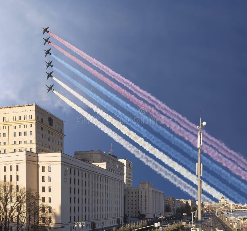 Het Hoofdgebouw van het Ministerie van Defensie van de Russische Federatie en de Russische militaire vliegtuigen vliegen in vormi royalty-vrije stock afbeeldingen