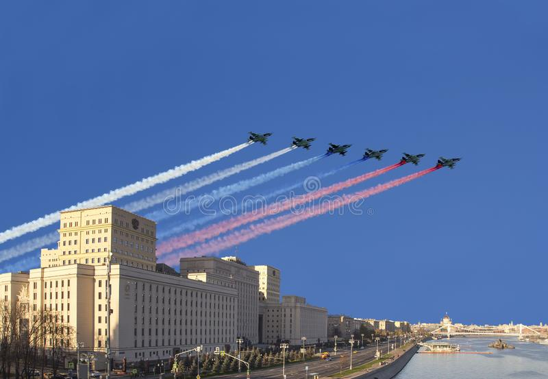 Het Hoofdgebouw van het Ministerie van Defensie van de Russische Federatie en de Russische militaire vliegtuigen vliegen in vormi stock foto