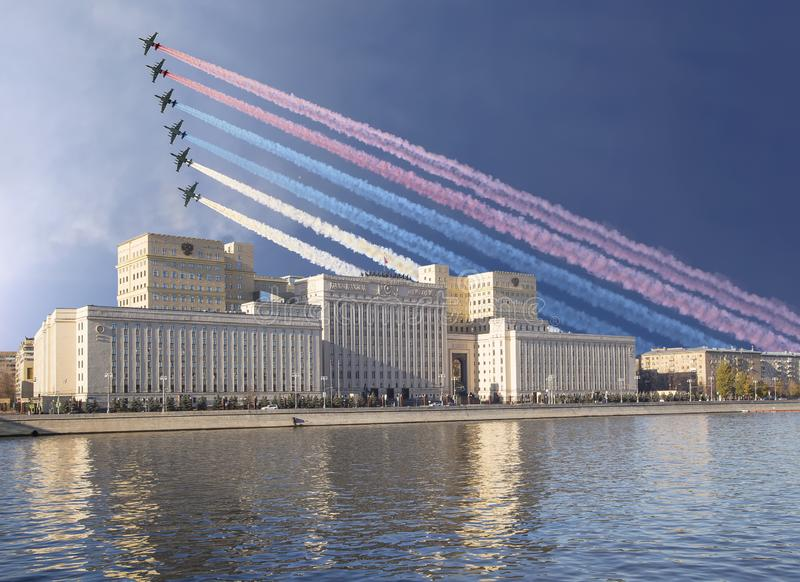 Het Hoofdgebouw van het Ministerie van Defensie van de Russische Federatie en de Russische militaire vliegtuigen vliegen in vormi stock fotografie