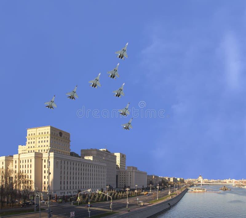 Het Hoofdgebouw van het Ministerie van Defensie van de Russische Federatie en de Russische militaire vliegtuigen vliegen in vormi stock afbeelding