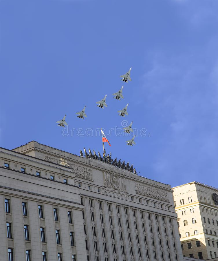 Het Hoofdgebouw van het Ministerie van Defensie van de Russische Federatie en de Russische militaire vliegtuigen vliegen in vormi royalty-vrije stock foto's