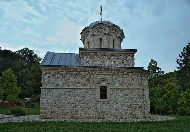 Het hoofdklooster Hopovo van de steenkerk in Servië stock fotografie
