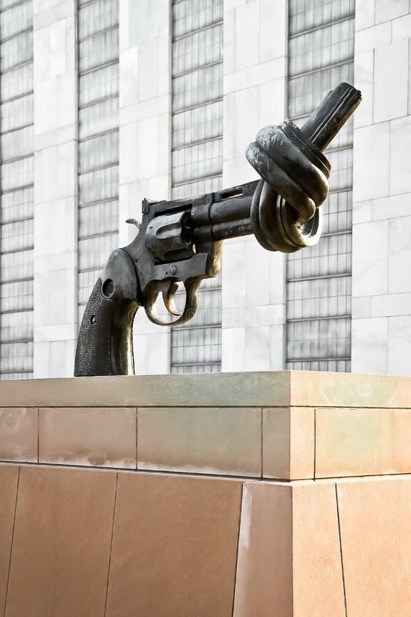 Het hoofdkwartier van de het beeldhouwwerkVerenigde Naties niet van het Geweld royalty-vrije stock afbeeldingen
