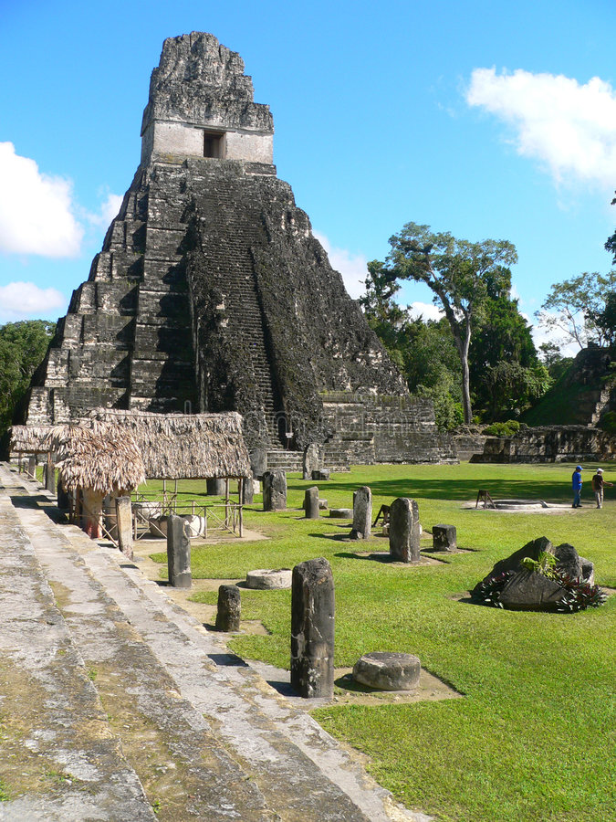 Het hoofdplein van Tikal stock afbeeldingen
