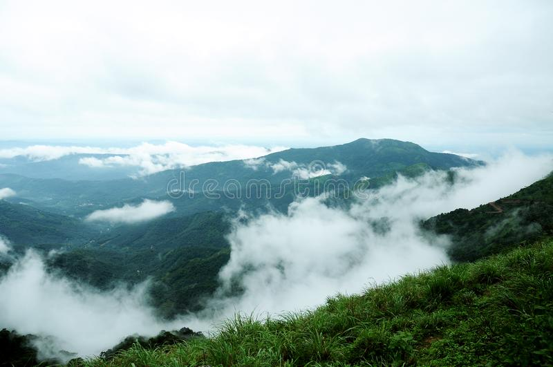 Het hooggebergte tropische bos met wolken die in India overgaan stock foto