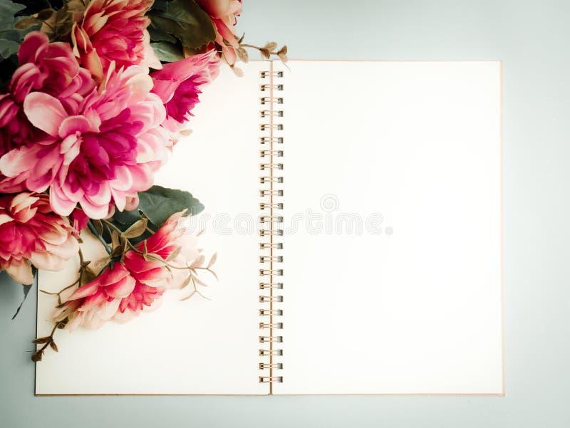 Het hoogste boek van de menings lege spiraalvormige nota stock foto's