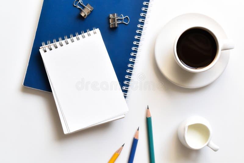 Het hoogste bureau van de meningslijst in bureau met exemplaarruimte, zakelijke notities van Concepten de nieuwe idee?n stock fotografie