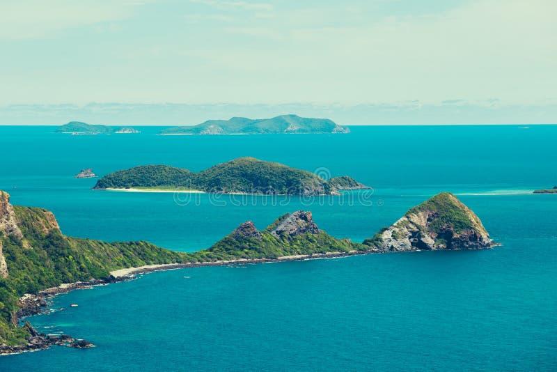 Het hoogste meningseiland en het blauwe water zien in een middag stock foto's