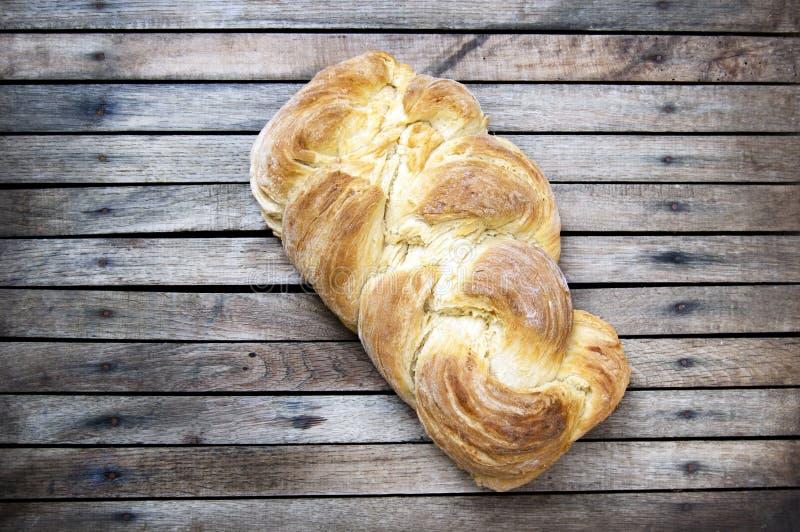 Het hoogste schot, sluit omhoog van vers gebakken eigengemaakt veganist gevlecht brood op een houten, rustieke lijstachtergrond,  stock afbeelding