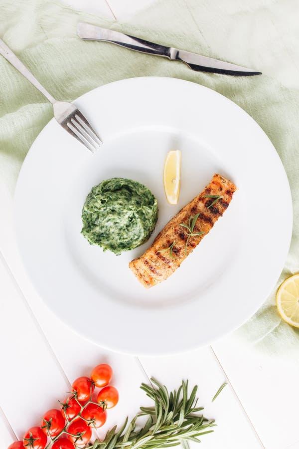Het Hoogste Weergeven van Fried Salmon Steak Fillet Mash Potato royalty-vrije stock afbeelding
