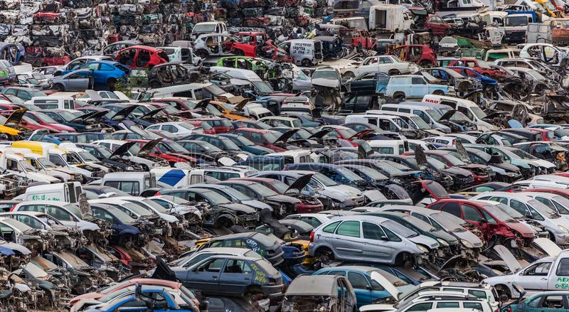 Het hoogtepunt van het autoautokerkhof van wrakkenauto's stock fotografie