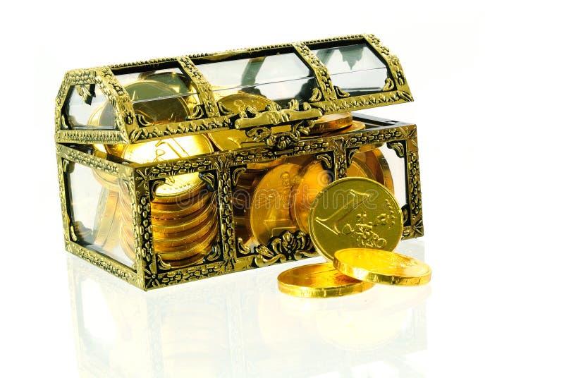 Het hoogtepunt van de doos met gouden euro geld stock afbeelding