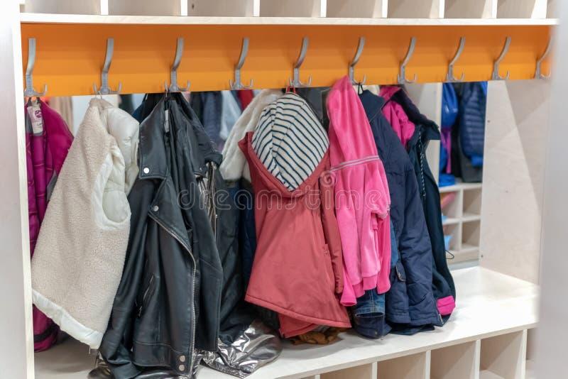 Het hoogtepunt van de garderobekast van colorfullkleren in kleedkamer kleedkamer op een hanger hangende kleren stock afbeeldingen