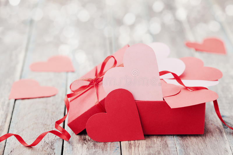 Het hoogtepunt van de giftdoos van harten op houten achtergrond voor de Valentijnskaartendag van Heilige royalty-vrije stock afbeelding