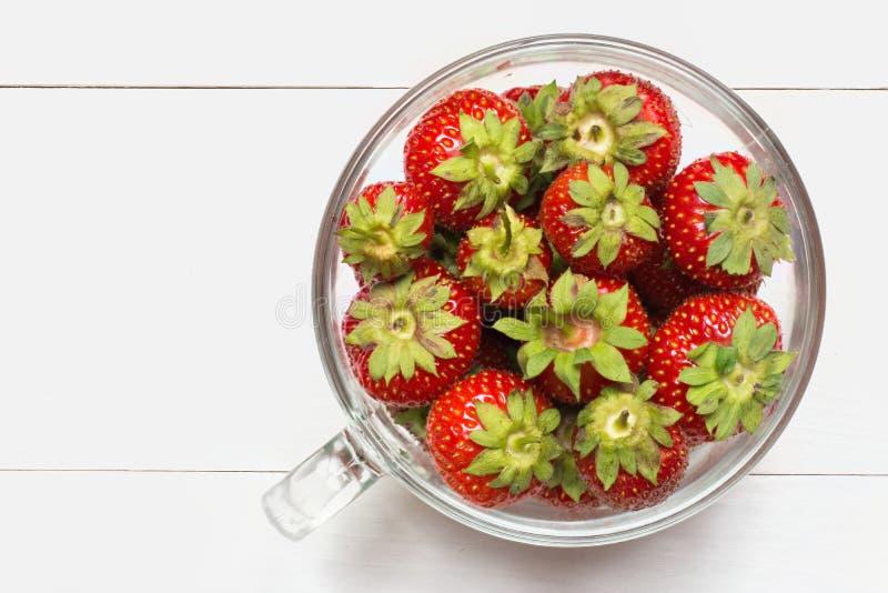 Het hoogtepunt van de glaskop van aardbeien op lijst royalty-vrije stock foto's