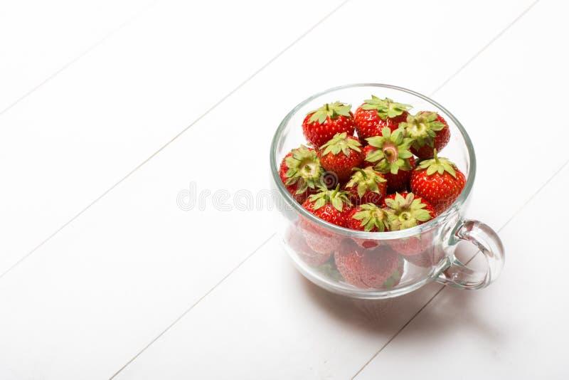 Het hoogtepunt van de glaskop van aardbeien op lijst royalty-vrije stock foto