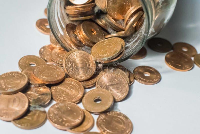 Het hoogtepunt van de glaskruik van muntstukken, het concept van geldbesparingen stock fotografie