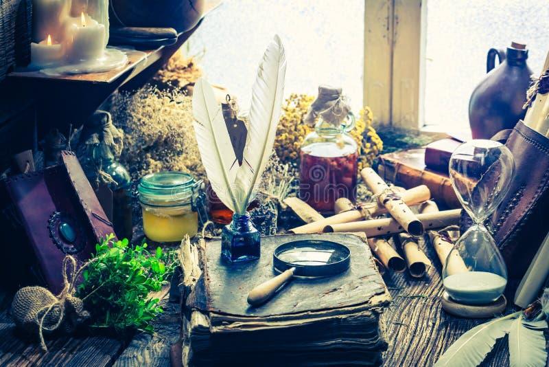 Het hoogtepunt van de heksenworkshop van boeken en recept stock afbeelding