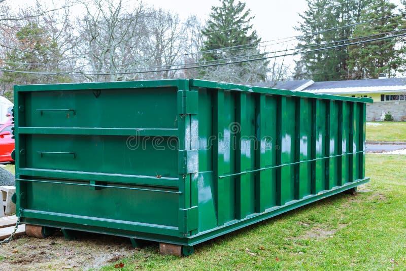 het hoogtepunt van de huisvuilcontainer van het blauwe volledige huisvuil van vuilniszakkendumpster stock afbeelding