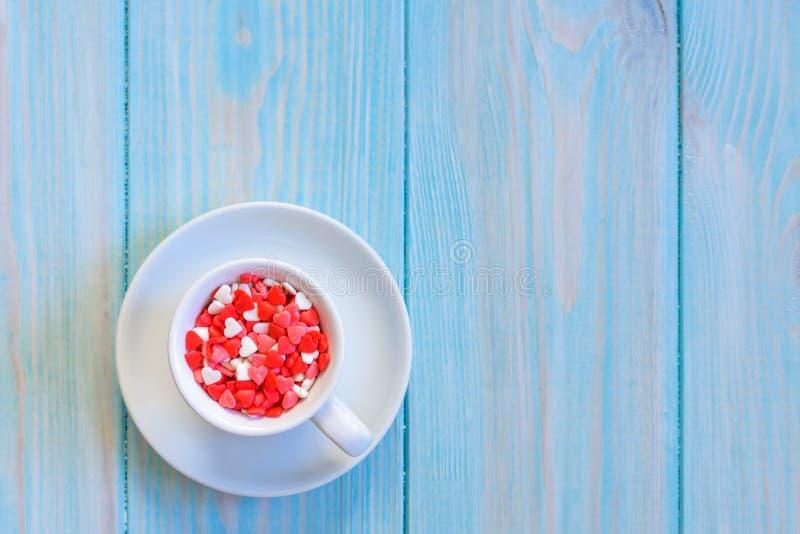Het hoogtepunt van de koffiekop van suikergoedvlakte legt op rustieke lichtblauwe houten achtergrond royalty-vrije stock afbeelding