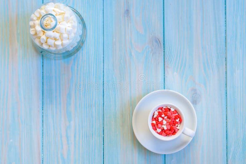 Het hoogtepunt van de koffiekop van suikergoedvlakte legt op rustieke lichtblauwe houten achtergrond royalty-vrije stock foto