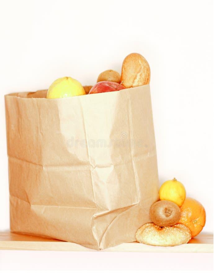 Het hoogtepunt van de kruidenierswinkelzak van fruit en brood royalty-vrije stock afbeeldingen