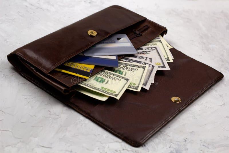 het hoogtepunt van de leerportefeuille van dollars en creditcards royalty-vrije stock foto