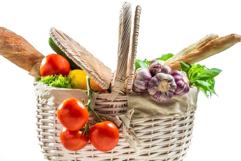 Het hoogtepunt van de mand van verse groenten royalty-vrije stock afbeelding