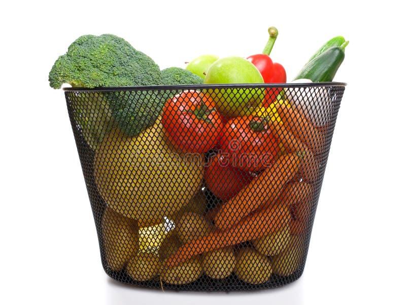 Het hoogtepunt van de mand van verse kleurrijke groenten stock foto's
