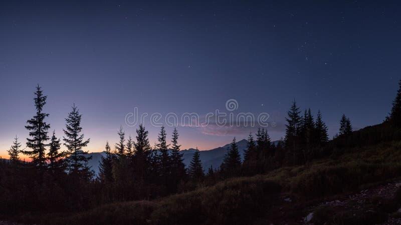Het hoogtepunt van de nachthemel van sterren vlak v??r zonsopgang in bergen royalty-vrije stock foto
