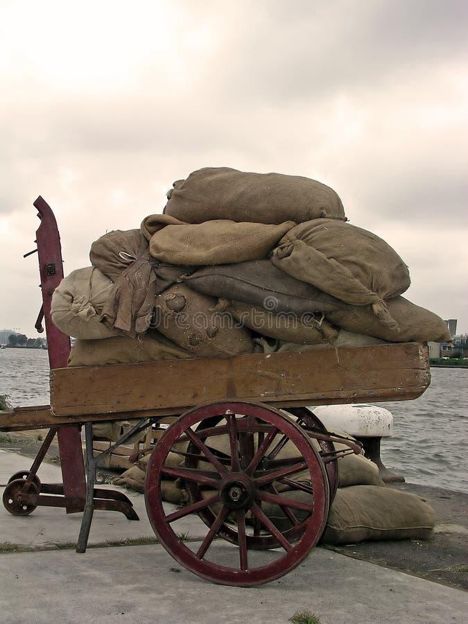 Het hoogtepunt van de stootkar van zakken in de haven van Amsterdam stock foto
