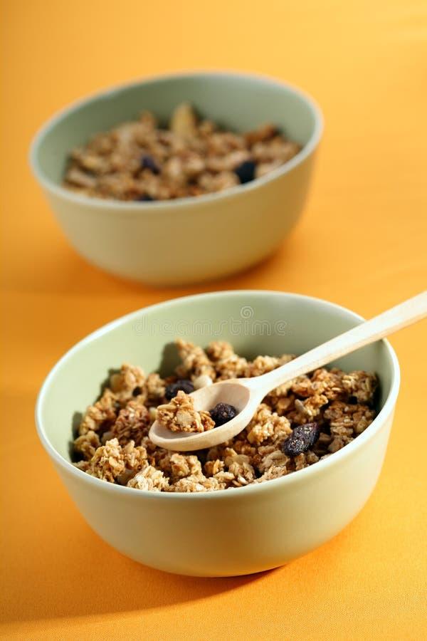 Het hoogtepunt van kommen van musli met melk, gezond ontbijt stock afbeeldingen