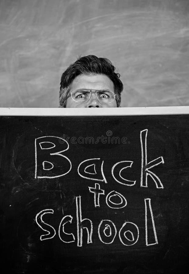 Het hoogtepunt van het lerarenleven van spanning De leraar of het schoolhoofd stemmen in met inschrijving terug naar school Leraa stock afbeeldingen