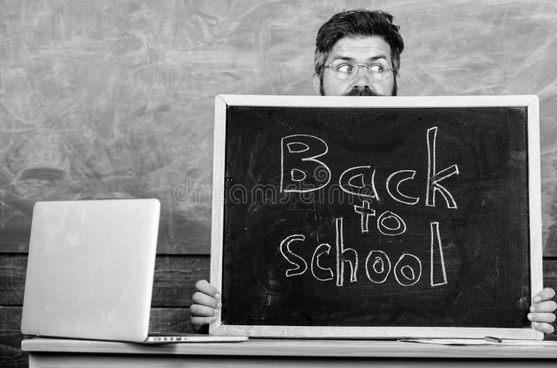 Het hoogtepunt van het schoolleven van spanning De leraar of het schoolhoofd stemmen in met inschrijving terug naar school Leraar stock afbeelding