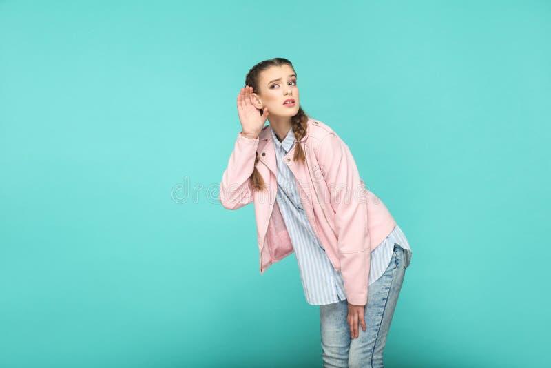 Het horen van bemoeiziek portret van mooie leuke meisje status met makeu stock fotografie
