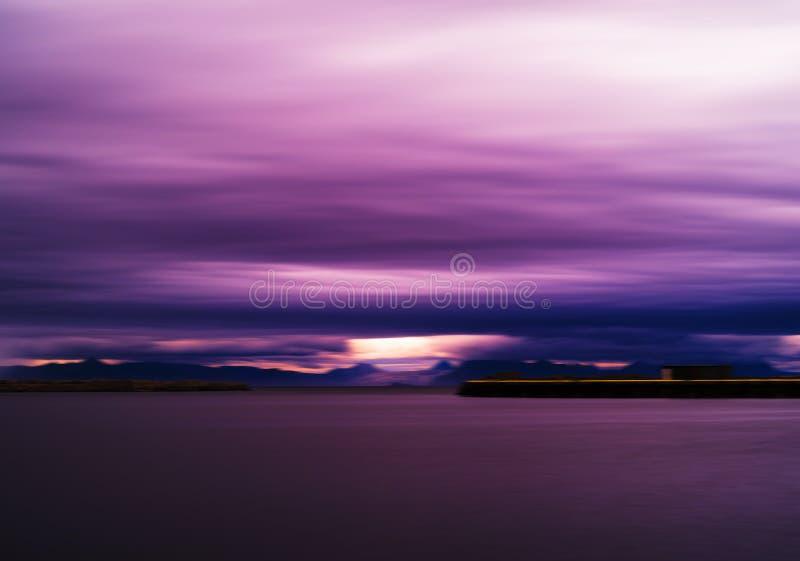 Het horizontale levendige trillende roze purpere landschap van Noorwegen cloudscape royalty-vrije stock foto